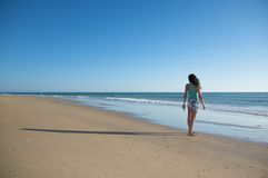 Vrouw en schaduw op het zand Stock Afbeeldingen
