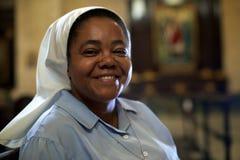 Vrouw en spiritualiteit, portret van katholieke non die in chur bidden stock foto