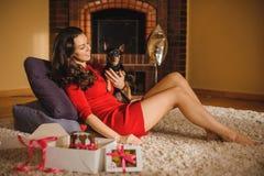 Vrouw en stuk speelgoed terriër met hondcake, koekjes die op vloer liggen royalty-vrije stock afbeeldingen