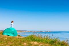 Vrouw en toeristentent op aardgebied royalty-vrije stock afbeeldingen