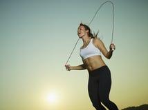 Vrouw en touwtjespringen Royalty-vrije Stock Foto's