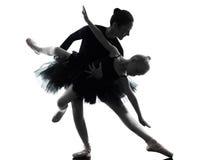 Vrouw en van de meisjeballerina balletdanser die silhouett dansen stock fotografie
