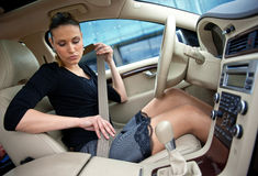 Vrouw en veiligheidsgordel in de auto Royalty-vrije Stock Afbeeldingen