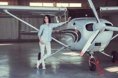 Vrouw en vliegtuigen stock afbeeldingen