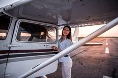 Vrouw en vliegtuigen stock foto's