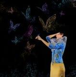 Vrouw en vlinders Stock Foto's