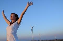 vrouw en windturbines Stock Foto