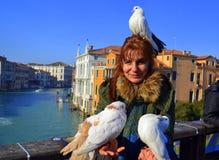 Vrouw en witte duiven, Venetië stock foto's
