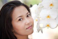Vrouw en witte orchidee Royalty-vrije Stock Foto's