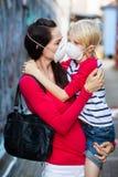 Vrouw en zoon die gezichtsmaskers dragen stock foto