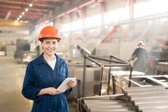 Vrouw in fabriek stock foto's