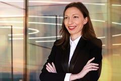 Vrouw in Financiën bedrijfs welkom hetende gasten aan een vergadering royalty-vrije stock foto's