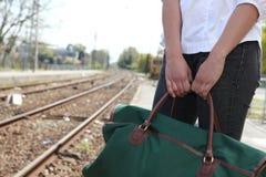 Vrouw foar wachten een trein stock foto's