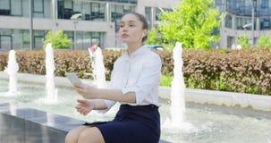 Vrouw in formele kleding met smartphone stock footage