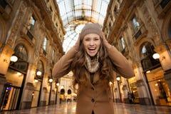 Vrouw in Galleria Vittorio Emanuele II verheugend begin van verkoop Stock Foto