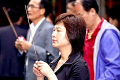Vrouw in gebed in Taipeh, Taiwan, 24 Mei Stock Afbeeldingen