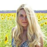 Vrouw in gebiedszonnebloemen Royalty-vrije Stock Foto's