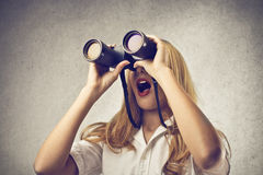 Vrouw gebruiken verrekijkers Stock Fotografie