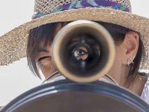 Vrouw gebruiken verrekijkers in de stad royalty-vrije stock foto