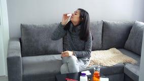 Vrouw gebruikend een remedie voor een lopende neus en beter zich voelt stock videobeelden