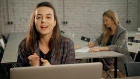 Vrouw gebruikend laptop en sprekend met collectieve cliënt stock video