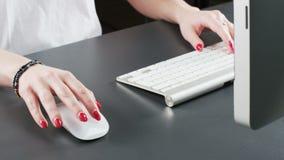 Vrouw Gebruikend Muis en Typend op een Toetsenbord stock footage