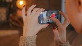 Vrouw gebruikend smartphone met vergrote werkelijkheid app en plaatsend meubilair in ruimte stock footage