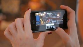 Vrouw gebruikend smartphone met vergrote werkelijkheid app en plaatsend meubilair in ruimte stock video