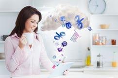 Vrouw gebruikend toepassingen van tablet en verbindend met wolk gegevensverwerking royalty-vrije stock fotografie