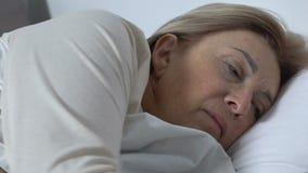 Vrouw geduldige het voelen periode in het ziekenhuis, duwende knoop om verpleegster voor hulp te roepen stock footage