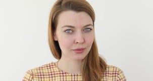 Vrouw geen het schudden hoofd op ontkennings witte achtergrond stock videobeelden