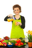 Vrouw gegoten jus d'orange in glas Stock Foto's
