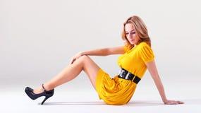 Vrouw in gele kleding. royalty-vrije stock afbeelding