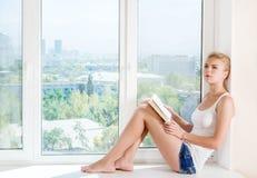 Vrouw gelezen boek Stock Foto's