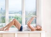 Vrouw gelezen boek Royalty-vrije Stock Foto's