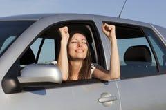 Vrouw gelukkig in auto Royalty-vrije Stock Foto's