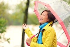 Vrouw gelukkig met paraplu onder de regen Stock Afbeeldingen