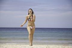 Vrouw gelukkig op een strand Stock Afbeeldingen