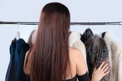 Vrouw geraakte bontjas op hanger royalty-vrije stock afbeeldingen