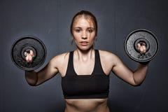 Vrouw - gewichtheffen Stock Afbeeldingen
