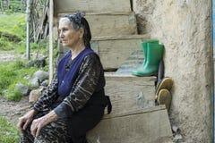 Vrouw gezet bij het houten stappen en denken Royalty-vrije Stock Fotografie