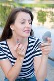 Vrouw gezet op lippenstift Royalty-vrije Stock Fotografie