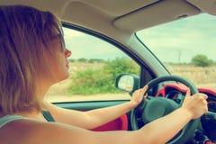 Vrouw in glazen die auto drijven Royalty-vrije Stock Afbeeldingen
