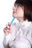 Vrouw in glazen met blauwe pen Royalty-vrije Stock Afbeelding
