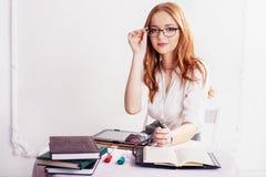 Vrouw in glazen met de tablet en het notitieboekje het concept bu Stock Fotografie