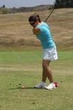 Vrouw Golfing Stock Afbeeldingen