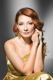 Vrouw in goud Stock Foto's