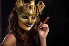 Vrouw in gouden masker Royalty-vrije Stock Afbeeldingen