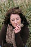 Vrouw in Gras stock foto's