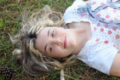 Vrouw in gras Stock Afbeelding